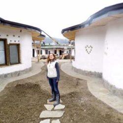 Cob Village, un ansamblu turistic unic in Romania, s-a imbogatit ieri, cu un acoperis verde