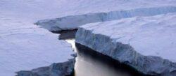 Iceberg imens desprins de calota glaciara