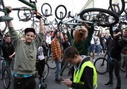 La semnal, bicicletele sus! Critical Mass de primavara la Oradea