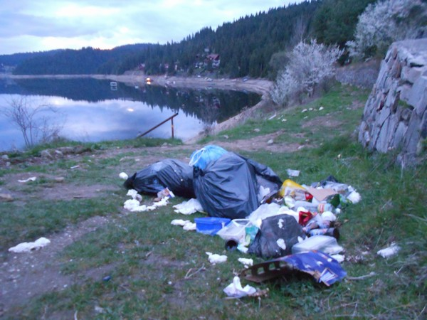 Zona turistic? Fîntînele – Rî?ca – sufocat? de gunoaie ?i peturi
