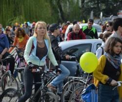 Mii de oameni dintr-un mare oras au trimis masinile pe dreapta. Cea mai mare plimbare biciclista prin oras