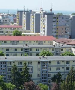 Panouri fotovoltaice si spatiu verde, pe terasele blocurilor din Slatina