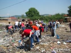 """Actiune de ecologizare in cartierul """"Lumea Noua"""" din Alba Iulia. Peste 150 de saci cu deseuri stransi de angajati de la Protectia Mediului, studenti si localnici"""