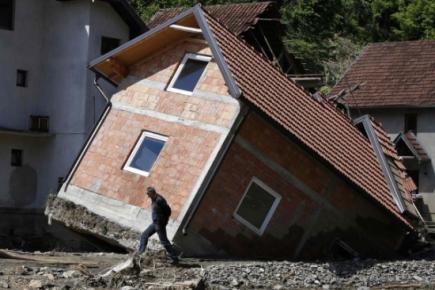 Dezastrul inunda?iilor din Balcani: case ie?ite din temelii!