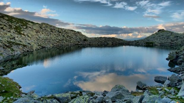 Lacul Albastru, singurul lac din România care î?i schimb? culoarea în func?ie de lumin?