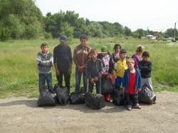 """Copiii de pe rampa de gunoi de la Pata-Rit, au adunat gunoaiele """"domnilor"""" din Cluj"""