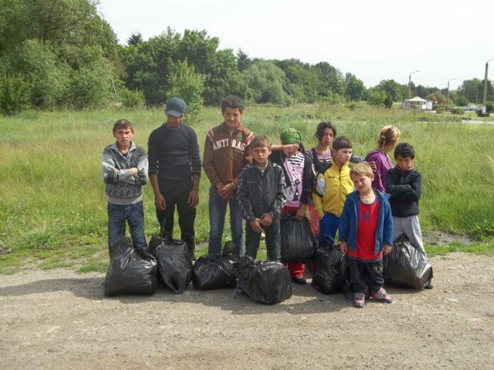 """Copiii de pe rampa de gunoi de la Pata-Rît, au adunat gunoaiele """"domnilor"""" din Cluj"""