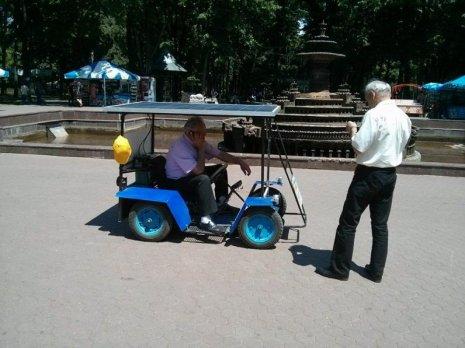 Inova?ii made in Moldova: motociclet? care merge cu energie solar? ?i eolian?, f?cut? din butoi
