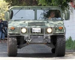 Arnold Schwarzenegger surprins la volanul Hummer-ului H1 verde si eco