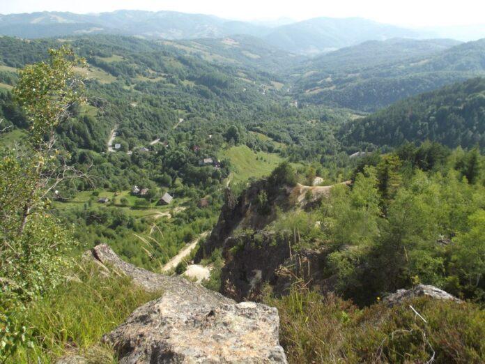 (FOTO: Valea în care a fost stabilit amplasamentul iazului de decantare a cianurii din proiectul minier de exploatare a aurului de la Ro?ia Montana)