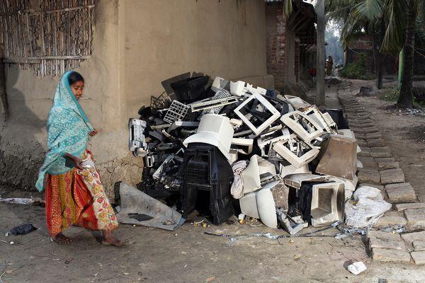 S?racii Indiei î?i risc? s?n?tatea colectând metale din de?eurile electronice