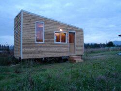 O tanara si-a construit singura o casa ecologica din lemn fara compusi chimici