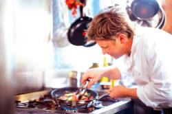 "Jamie Oliver: ""Nu-i lasati pe americani sa ne puna hormoni si pesticide in farfurie"""