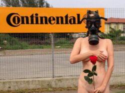 Protest antipoluare la Timisoara: O soprana s-a fotografiat nud si cu o masca de gaze pe fata