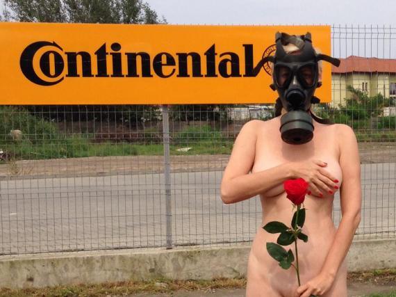 Protest antipoluare la Timi?oara: O sopran? s-a fotografiat nud ?i cu o masc? de gaze pe fa??