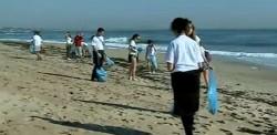 Strainii curata plajele de pe litoralul romanesc