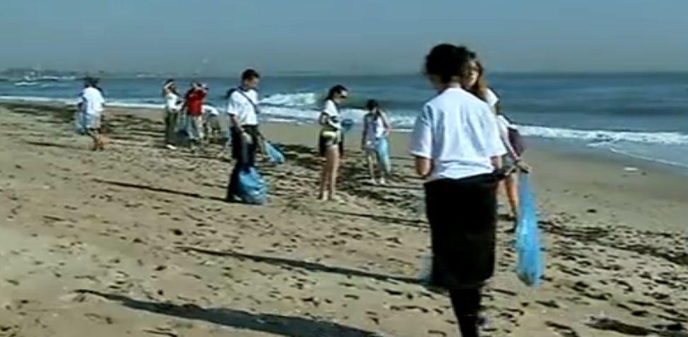 Str?inii curata plajele de pe litoralul românesc