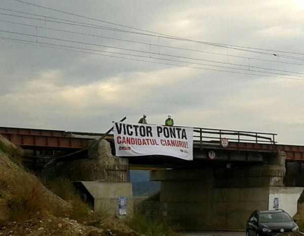 """""""Victor Ponta, candidatul cianurii""""   Vezi cum a fost primit premierul la Alba Iulia de c?tre opozan?ii proiectului minier de la Ro?ia Montan?"""