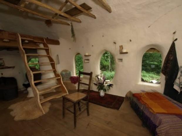 Un fermier britanic si-a construit propria casa de hobbit cu doar 180 de euro