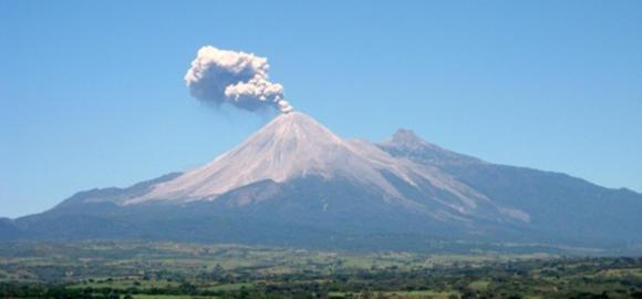 Mexicul, acoperit de un nor de cenu?? ?i gaze. Un vulcan a erupt