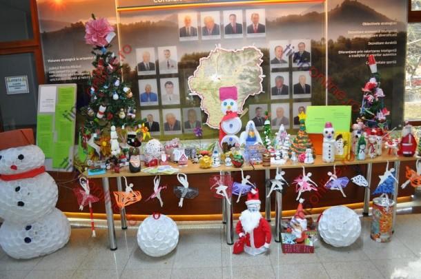 Brazi eco şi ornamente de Crăciun din materiale reciclabile, expuse la Consiliul Judeţean