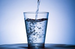 Specialistii recomanda consumul de lichide constant, nu doar cand apare senzatia de sete