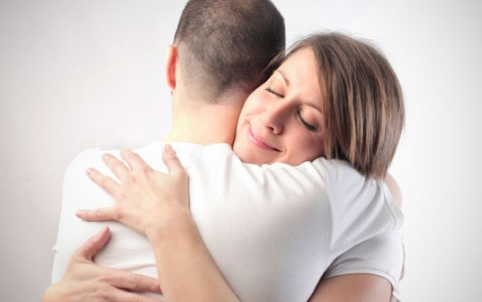 Îmbrăţişările benefice pentru sănătate: previn infecţiile şi alungă stresul