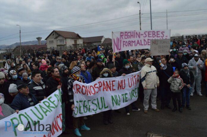 Marș împotriva poluării. Peste 1.000 de oameni au protestat, la Sebeș, față de deschiderea unei fabrici de formaldehidă