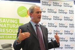 Fostul secretar britanic al Mediului, Owen Paterson, acuza UE si ONG-urile ca ameninta vietile a milioane de oameni