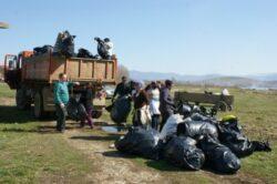 Peste 100 de persoane au participat la ecologizarea Barajului de la Calinesti-Oas