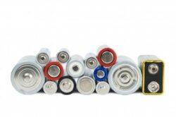 Elevii privesc partea pozitiva a colectarii bateriilor uzate
