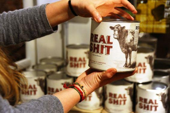 Bălegar de vacă natural la cutie, nou produs în supermarket la Milano