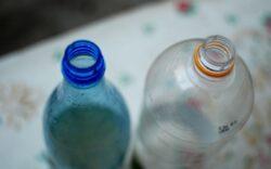 Otrava din PET: cum ne poate îmbolnăvi de cancer un recipient de plastic refolosit